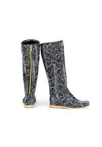 Zapato - kozaki - skóra naturalna - model 127 - kolor czarny wąż. Wysokość cholewki: przed kolano. Nosek buta: okrągły. Zapięcie: zamek. Kolor: czarny. Materiał: skóra. Szerokość cholewki: normalna. Wzór: moro, aplikacja. Sezon: lato, jesień, wiosna, zima. Styl: sportowy, klasyczny, militarny