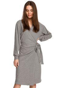 Style - Dzianinowa kopertowa sukienka wiązana na boku szara. Kolor: szary. Materiał: dzianina. Typ sukienki: kopertowe
