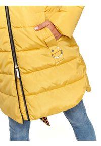 TOP SECRET - Dłuższa kurtka z futrem przy kapturze. Kolor: żółty. Materiał: futro. Długość: długie. Wzór: aplikacja. Sezon: wiosna, zima