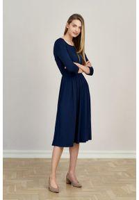 Marie Zélie - Sukienka Emelina Black Iris mikromodal rękaw 3/4. Materiał: wiskoza, dzianina, elastan, włókno, skóra, guma. Styl: klasyczny. Długość: midi