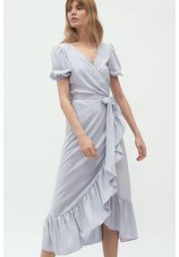 Nife - Szara kopertowa sukienka midi w stylu boho z falbaną. Kolor: szary. Typ sukienki: kopertowe. Styl: boho. Długość: midi