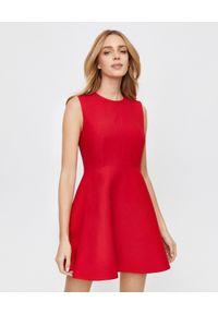 VALENTINO - Czerwona sukienka mini. Okazja: do pracy. Kolor: czerwony. Materiał: jedwab, wełna. Typ sukienki: rozkloszowane, dopasowane. Długość: mini