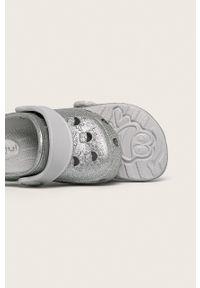 Srebrne klapki Coqui z okrągłym noskiem