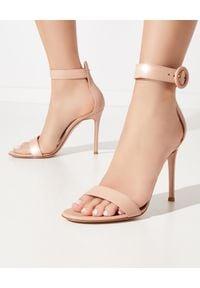 GIANVITO ROSSI - Różowe sandały na szpilce Portofino. Nosek buta: okrągły. Zapięcie: pasek. Kolor: fioletowy, różowy, wielokolorowy. Obcas: na szpilce