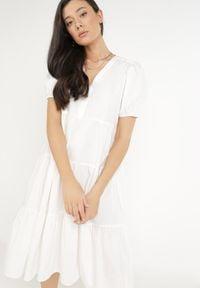 Born2be - Biała Sukienka Euphishae. Typ kołnierza: kołnierz z falbankami. Kolor: biały. Materiał: bawełna, tkanina. Długość rękawa: krótki rękaw. Sezon: lato