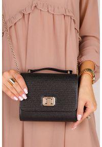Casu - Czarna torebka wizytowa z rączką błyszcząca na łańcuszku casu 518837. Kolor: czarny. Styl: wizytowy