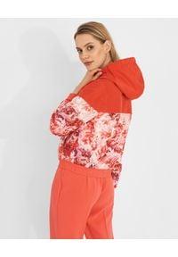 Elisabetta Franchi - ELISABETTA FRANCHI - Kurtka bomberka w kwiatowy wzór. Kolor: czerwony. Materiał: jeans. Długość: długie. Wzór: kwiaty