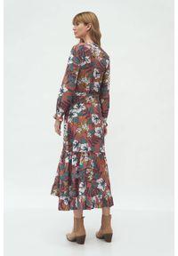 Nife - Długa koszulowa sukienka boho w kwiaty z falbaną u dołu. Typ kołnierza: kołnierz z falbankami. Materiał: materiał. Wzór: kwiaty. Typ sukienki: koszulowe. Styl: boho. Długość: maxi