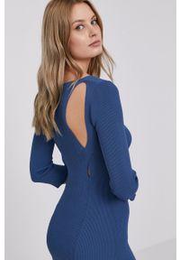 Guess - Sukienka. Kolor: niebieski. Materiał: dzianina. Wzór: gładki