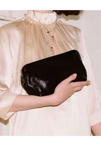 BALAGAN - Czarna gładka torebka ROFE M. Kolor: czarny. Wzór: gładki. Styl: vintage, klasyczny, elegancki. Rodzaj torebki: na ramię