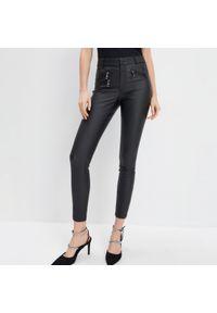 Mohito - Woskowane spodnie skinny - Czarny. Kolor: czarny