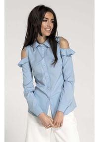 Nommo - Błękitna Koszula z Falbanką. Kolor: niebieski. Materiał: wiskoza, poliester. Wzór: kwiaty