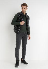 Born2be - Czarna Kamizelka Ambrosis. Typ kołnierza: kołnierzyk stójkowy, bez kaptura. Kolor: czarny. Materiał: jeans, nylon. Długość rękawa: długi rękaw. Wzór: aplikacja