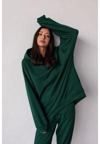 Marsala - Bluza typu oversize o przedłużonym kroju z kapturem kolor DEEP FOREST GREEN CRUSH BY MARSALA. Typ kołnierza: kaptur. Materiał: dresówka, elastan, dzianina, bawełna, jeans. Styl: sportowy