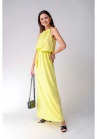 Nommo - Żółta Maxi Sukienka z Dekoltem Typu Halter. Typ kołnierza: dekolt halter. Kolor: żółty. Materiał: wiskoza, bawełna, elastan. Wzór: kwiaty. Długość: maxi
