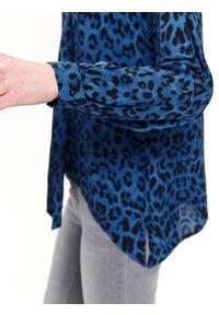 TOP SECRET - Bluzka w zwierzęcy druk z wiązaniem. Okazja: na co dzień. Kolor: niebieski. Materiał: tkanina. Długość rękawa: krótki rękaw. Długość: długie. Wzór: motyw zwierzęcy. Sezon: lato, wiosna. Styl: casual