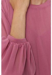 Pepe Jeans - Sukienka Marta. Okazja: na co dzień. Kolor: fioletowy. Materiał: tkanina. Długość rękawa: długi rękaw. Wzór: gładki. Typ sukienki: proste. Styl: casual