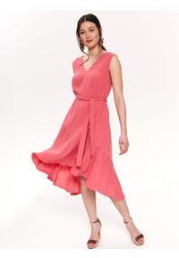 TOP SECRET - Sukienka wiązana w pasie. Okazja: do pracy, na imprezę. Typ kołnierza: dekolt w serek. Kolor: różowy. Długość rękawa: bez rękawów. Sezon: lato. Styl: wizytowy, elegancki #3