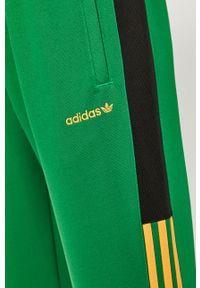 Zielone spodnie dresowe adidas Originals z aplikacjami
