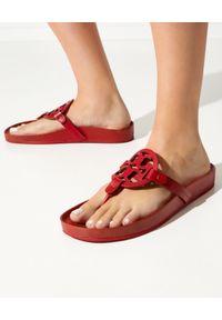 Tory Burch - TORY BURCH - Czerwone japonki z logo. Nosek buta: okrągły. Kolor: czerwony. Materiał: guma. Wzór: paski, ażurowy