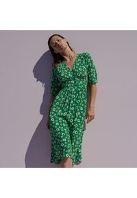 Reserved - Wiskozowa sukienka w kwiaty - Zielony. Kolor: zielony. Materiał: wiskoza. Wzór: kwiaty