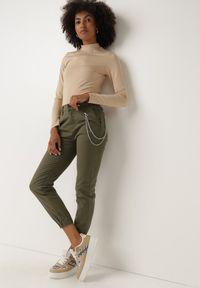 Born2be - Ciemnozielone Spodnie Joggery Telantes. Kolor: zielony. Długość: długie. Wzór: moro. Styl: klasyczny, militarny
