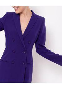 MARLU - Fioletowa sukienka marynarkowa Greta. Okazja: na spotkanie biznesowe. Kolor: wielokolorowy, różowy, fioletowy. Materiał: kaszmir, elastan, wiskoza. Długość rękawa: długi rękaw. Typ sukienki: dopasowane. Styl: biznesowy, elegancki
