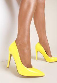 Renee - Jasnożółte Szpilki Aquitune. Kolor: żółty. Materiał: lakier. Szerokość cholewki: normalna. Obcas: na szpilce. Styl: klasyczny