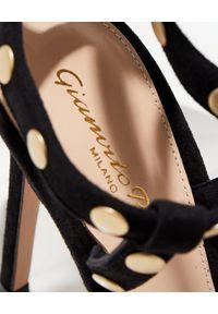 GIANVITO ROSSI - Sandały na szpilce z dżetami. Okazja: na imprezę. Nosek buta: okrągły. Kolor: czarny. Materiał: zamsz. Wzór: aplikacja, jednolity. Sezon: lato. Obcas: na szpilce