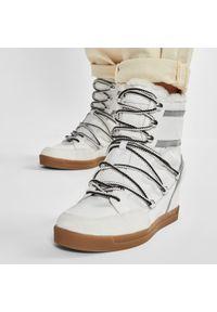 Calvin Klein - Botki CALVIN KLEIN - Fiorenza B4E00190 White. Kolor: biały. Materiał: materiał, skóra ekologiczna, zamsz. Obcas: na obcasie. Wysokość obcasa: średni