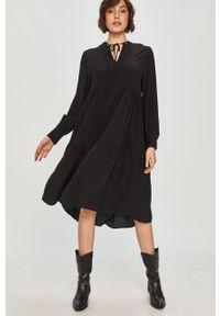 Czarna sukienka Answear Lab rozkloszowana, wakacyjna, z długim rękawem