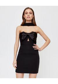 SELF PORTRAIT - Czarna sukienka mini z krepy. Typ kołnierza: kokarda. Kolor: czarny. Materiał: satyna, koronka. Wzór: gładki, koronka. Typ sukienki: dopasowane. Styl: wizytowy, elegancki. Długość: mini