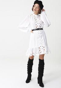 Born2be - Biała Sukienka Endless Black. Typ kołnierza: kołnierzyk stójkowy. Kolor: biały. Wzór: ażurowy. Styl: wizytowy. Długość: mini