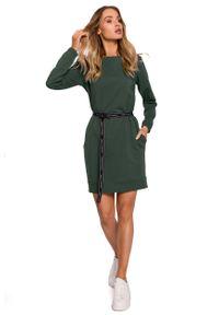 MOE - Prosta Dzianinowa Sukienka z Logowanym Paskiem - Zielona. Kolor: zielony. Materiał: dzianina. Typ sukienki: proste