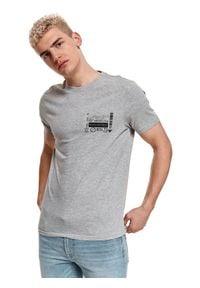 TOP SECRET - T-shirt z nadrukiem. Okazja: na co dzień. Kolor: szary. Materiał: tkanina, bawełna. Długość rękawa: krótki rękaw. Długość: krótkie. Wzór: nadruk. Sezon: lato. Styl: casual, wakacyjny, klasyczny