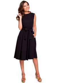 MOE - Czarna Rozkloszowana Sukienka z Kopertowym Dekoltem na Plecach. Kolor: czarny. Materiał: len, poliester. Typ sukienki: kopertowe