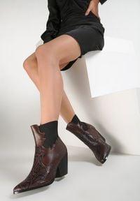 Renee - Brązowe Botki Armory. Nosek buta: szpiczasty. Zapięcie: bez zapięcia. Kolor: brązowy. Szerokość cholewki: normalna. Wzór: aplikacja, nadruk. Obcas: na obcasie. Wysokość obcasa: średni