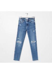 Sinsay - Jeansy slim mid waist - Niebieski. Kolor: niebieski