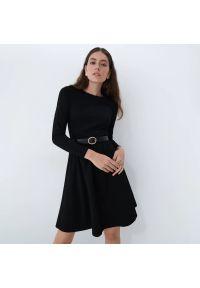 Mohito - Gładka sukienka z paskiem - Czarny. Kolor: czarny. Wzór: gładki