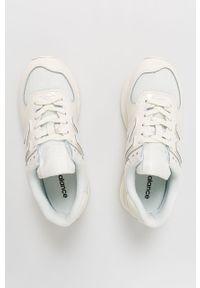Białe sneakersy New Balance 574, z okrągłym noskiem, na obcasie, z cholewką