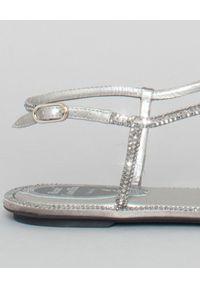 RENE CAOVILLA - Japonki z kryształami Swarovskiego. Kolor: szary. Materiał: satyna, materiał. Wzór: aplikacja, paski. Sezon: lato #6