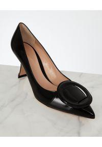 GIANVITO ROSSI - Czarne szpilki z klamrą. Okazja: na co dzień. Nosek buta: okrągły. Zapięcie: klamry. Kolor: czarny. Wzór: aplikacja. Materiał: lakier. Obcas: na szpilce. Styl: wizytowy, elegancki, casual. Wysokość obcasa: niski