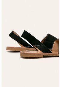 Czarne sandały ANSWEAR bez obcasa, z okrągłym noskiem