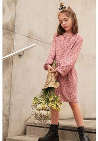 Różowa sukienka Mango Kids mini, z okrągłym kołnierzem, rozkloszowana