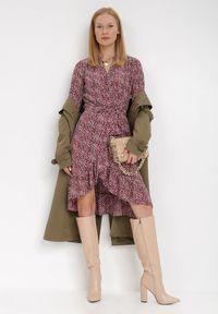 Born2be - Bordowa Sukienka Peicia. Typ kołnierza: dekolt w serek. Kolor: czerwony. Materiał: tkanina, materiał. Wzór: kwiaty, aplikacja. Typ sukienki: asymetryczne, kopertowe. Długość: mini