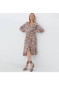 Mohito - Wzorzysta sukienka midi - Beżowy. Kolor: beżowy. Długość: midi