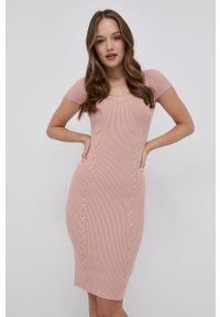Guess - Sukienka. Typ kołnierza: kołnierzyk stójkowy. Kolor: różowy. Materiał: tkanina. Długość rękawa: raglanowy rękaw. Typ sukienki: rozkloszowane