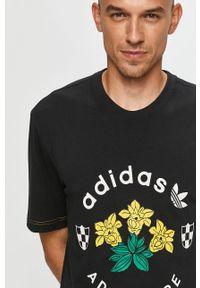 Czarny t-shirt adidas Originals z okrągłym kołnierzem, z nadrukiem