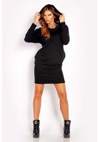 Lou-Lou - Czarna Sukienka Sportowa z Kapturem Kominem. Typ kołnierza: komin, kaptur. Kolor: czarny. Materiał: bawełna, elastan. Typ sukienki: sportowe. Styl: sportowy