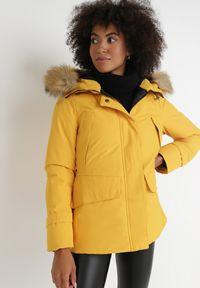 Born2be - Żółta Kurtka Kephania. Kolor: żółty. Materiał: tkanina, futro. Długość: długie